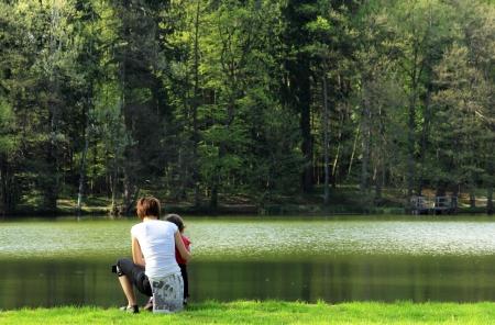 Mutter und ihr Kind in der Nähe des Sees Lizenzfreie Bilder