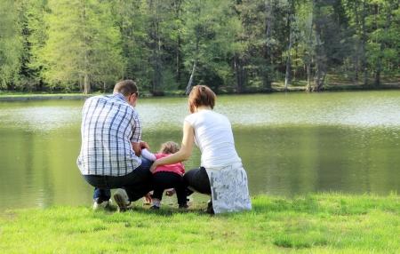Familie in der Nähe des Sees Lizenzfreie Bilder