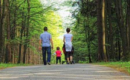 Mladá rodina v parku