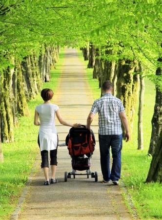 Mladá rodina v parku, baví brzy na jaře