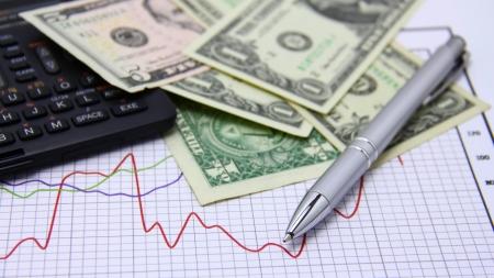 Financial concept Papier ganzes Geld, Diagramm, Taschenrechner und Stift