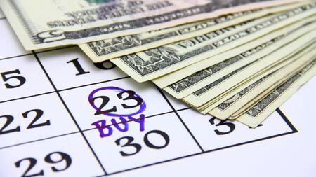 Kauf-Konzept mit Papiergeld und Kalender