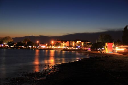 City by the  sea at night Standard-Bild