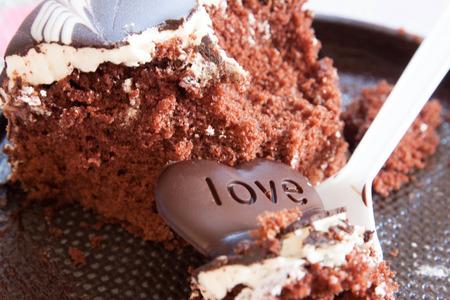 dark skin: Torta al cioccolato con la pelle scura e impiantato con trasmettitori di cioccolato a forma di cuore AMORE Archivio Fotografico