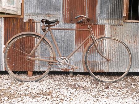 오래 된 벽 옆에 오래 된 자전거 주차