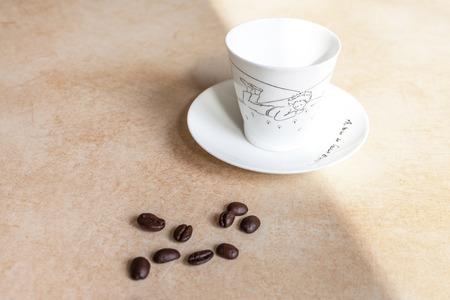 grains of coffee: Taza y granos de caf� vac�as