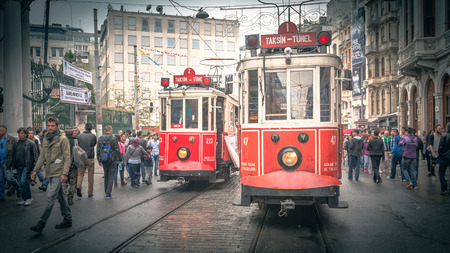 carreta madera: Los tranv�as con carro de madera de color rojo en la calle Istiklal