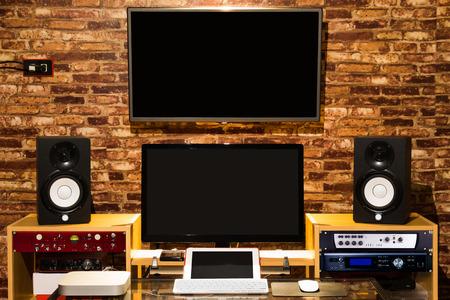 デジタル サウンド スタジオ、コンピューター音楽録音・編集ロフト デザイン インテリア作業スペース内の機器