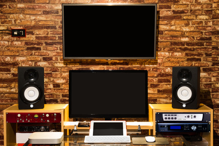 studio de son numérique, équipement d'enregistrement et d'édition de musique de musique dans l'espace de travail intérieur de loft