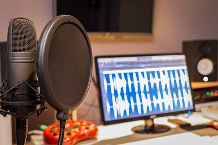 condenser microphone in digital recording, editing, broadcasting, podcast or online radio studio Standard-Bild
