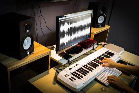 geluidstechnicus, componist die werkt in een digitale bewerkings- en opnamestudio voor postproductie of uitzending