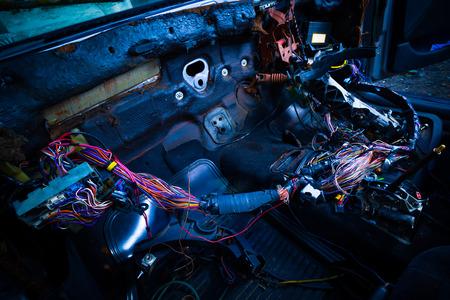 auto reparatie & elektrische bedrading systeem die kleurrijke draad in oude auto, interieur bekijken Stockfoto