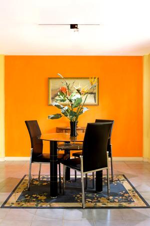 arredamento classico: sala da pranzo su sfondo arancione parete