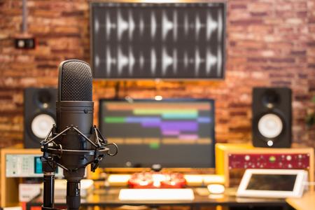 microphone à condensateur sur fond de studio d'enregistrement numérique