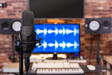 microfono a condensatore in registrazione digitale, sfondo dello studio di trasmissione