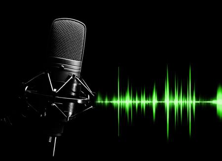 microfono a condensatore da studio e forma d'onda verde per il concetto di registrazione del suono Archivio Fotografico