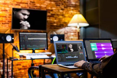 réalisateur professionnel, monteur, producteur éditant des séquences de films et une piste musicale sur ordinateur en montage numérique, post-production, studio de diffusion