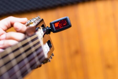 closeup male musician hands tuning acoustic guitar strings Banque d'images - 138808008
