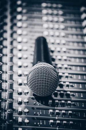 dynamic microphone on audio mixing board Standard-Bild