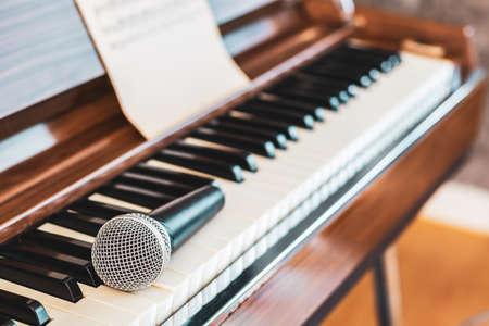 microphone on piano keys. music background Foto de archivo