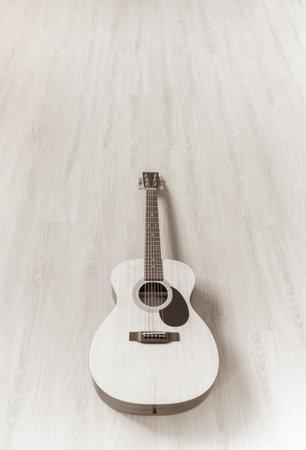 acoustic guitar on wooden floor Foto de archivo