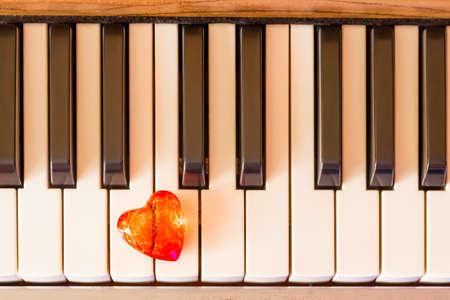 Red heart on piano keys. Foto de archivo