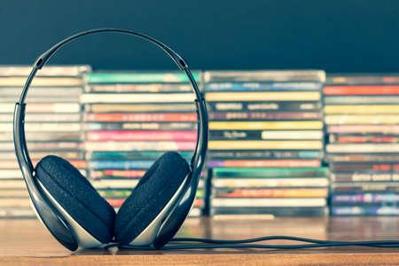 headphone on stack of cd background Foto de archivo