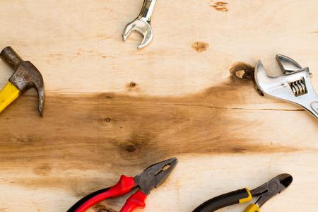 Werkruimte van werk tools op hout.