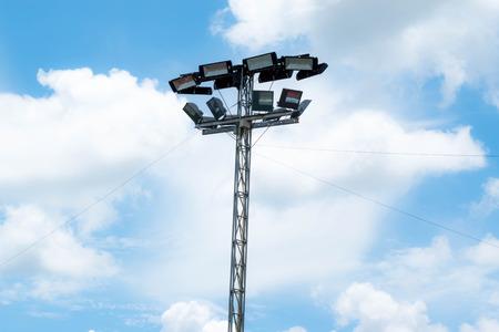 Stadion licht op blauwe lucht.