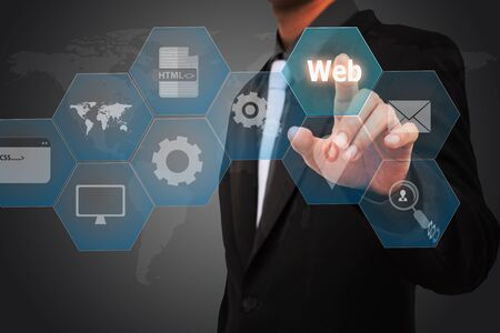 Business man aanraking woordwolken web.