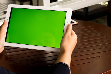 Vrouwen aanraken tablet groen scherm concept technologie.