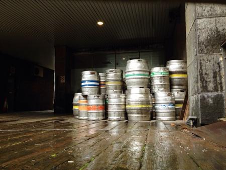 Fusti di birra Consegna in un magazzino Archivio Fotografico