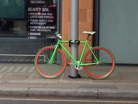 Una Bicicletta Brillante incatenato ad un lampione in un contesto urbano