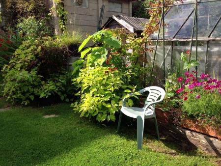 Una rilassante e tranquilla Back Garden per prendere l'ultimo del sole estivo Archivio Fotografico