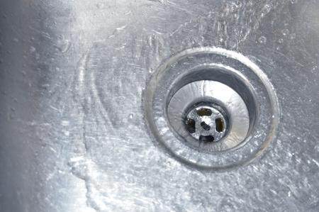 Sauberes, klares Wasser fließt in einen Abfluss