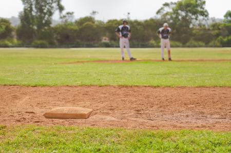 バック グラウンドでの 2 人の野球選手と三塁のイメージ