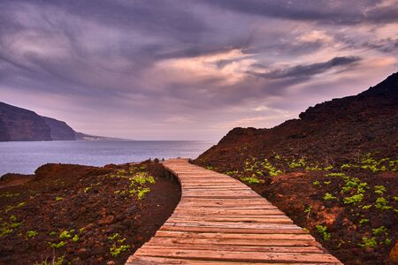 wooden boardwalk to the sea 스톡 콘텐츠