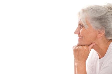 schöne ältere Frau auf weißem Hintergrund