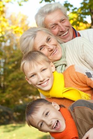 bondad: familia agradable de cuatro en la naturaleza