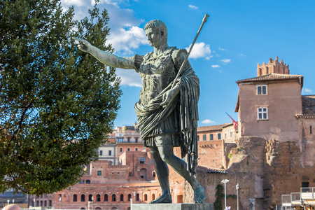 Bronze monumental statue of the first emperor Caesar Augustus in the center of Rome, Italy Banque d'images
