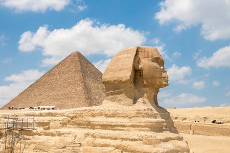 La Gran Esfinge de Giza y la pirámide de Keops