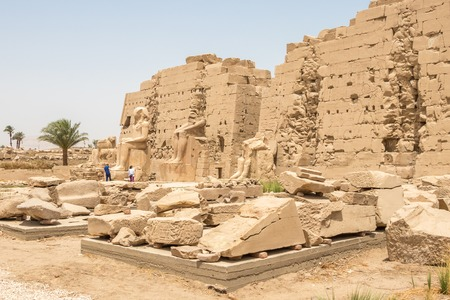 Statues in front of the Egyptian temple in Karnak Banque d'images - 123218983