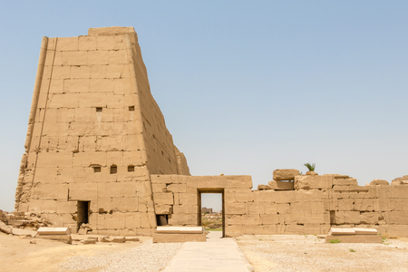 Side entrance to the Egyptian temple in Karnak, Luxor Banque d'images - 123218989