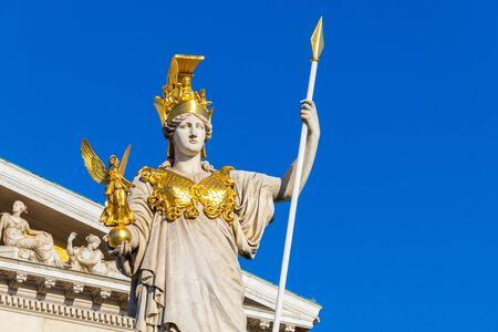 La antigua diosa griega Atenea en frente del edificio del parlamento austríaco Foto de archivo