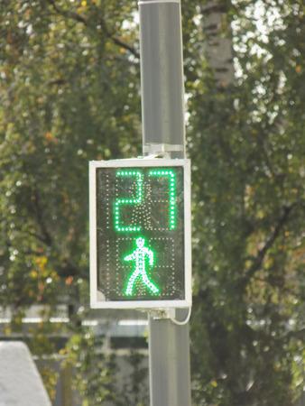 semaforo peatonal: La circulación de peatones se ilumina en verde