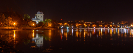 anochecer: TERNOPIL, Ucrania - el 11 de agosto de 2017: Iglesia de la Exaltación de la Cruz sobre el estanque de Ternopil. El camino desde la parte central de la ciudad hasta el barrio Druzhba Editorial
