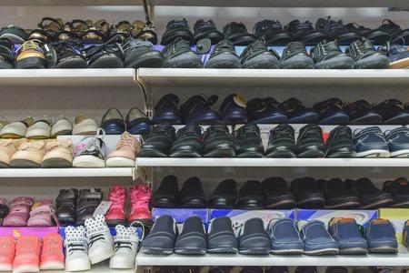 Tarnopol, Ukraina – 17 listopada 2018: handel obuwiem sportowym dla dzieci, trampkami, butami w sklepie w punktach sprzedaży detalicznej na rynku centralnym w pobliżu głównego dworca autobusowego