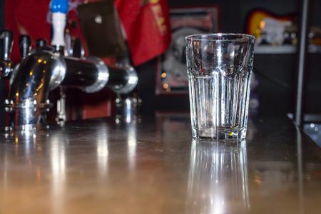Leeg glas op de balk Stockfoto