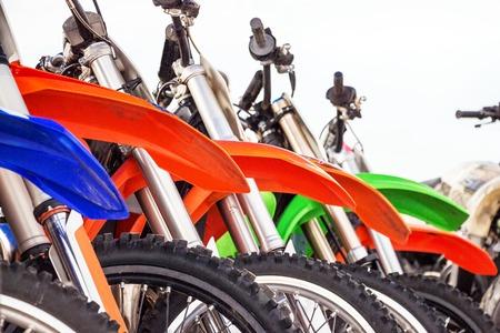 Motocross fiets staat op een rij. Motocross banden en wielen