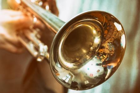 Le trompettiste joue sur une trompette en argent. Joueur de trompette Banque d'images